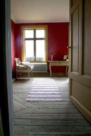 Den varmt roströda tonen är hämtad från ett tapetfragment som dolde sig under nyare färg- och tapetlager. Väggarna ska schablonmålas för att efterlikna den gamla tapetens mönster.