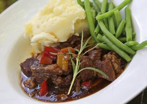 Enklare älgkött, som framdel, passar bäst i en mustig viltgryta.   Foto: Dan Strandqvist