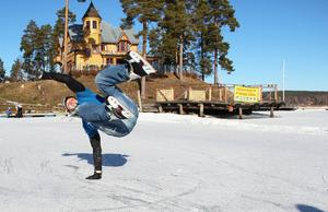 Sporten har inspirerats av bland annat breakdance och extrem rullskridsko- och skidåkning.