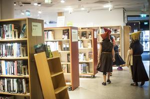 Mellan bibliotekets hyllor lärde sig barnen att navigera till bland annat HBTQ-hyllan och bland sagoböckerna.