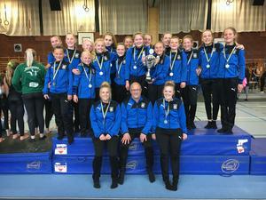 Nöjda gymnaster och tränare från Borlänge Gymnastikklubbs RM-lag efter vinsten i Vasacupen.