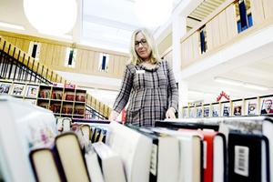 Bibliotekarien Anna Herrgård märker av ett stort intresse för att göra byten.