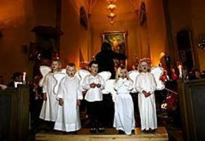 Välsjungande änglar visar att sångartraditionen i Sandviken lever vidare. Från vänster ses Sofia Sjöberg, Gustav Johansson, Patrik Olsson, Moa Jansson och Anna Bejmar. FOTO: GUN WIGH