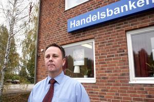 De anställda på banken i Gnarp är tillbaka på jobbet efter rånet. – Vi är på banan igen, det känns viktigt att återta kontrollen över kontoret och ingen tycker att det är obekvämt att vara tillbaka, säger kontorschefen Niclas Södergren.