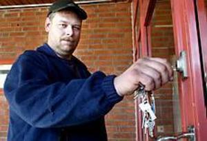 Foto: Nick Blackmon Nyckelperson. Niklas Trosell, vaktmästare på Andersbergsskolan låser inte upp de 16 dörrarna på onsdagen. Det gör en politiker. - Strejkbrytare, är Niklas hårda omdöme.