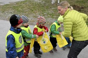 Som en del i sitt arbete med Grön flagg genomför Marstrandshagens förskola i Nora en skräpplockardag.