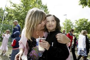 HEJ DÅ. Marianne Axlund kramar om sin elev Din Jahic, som slutade i går gick ut ettan på Söderskolan. I höst blir det Solängsskolan för honom.