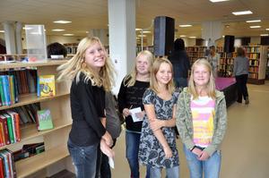 BERÖM. Felicia Grip, längst till vänster berömmer det nya och ljusa biblioteket i Tierp. Hennes kompisar instämmer i berömmet.