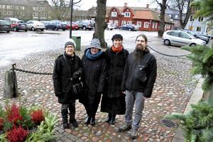 Sylvia Lundewall, Pia Hilborn, Eva Ersbacken och Calle Eklund utanför Rådhuset vid Stora torget i Hedemora. Här sitter två av skyltarna som ingår i Kulturpromenaden. På det röda huset i bakgrunden, gamla Apotekshuset, sitter en annan av skyltarna.