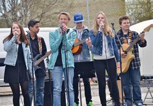 En grupp musikelever från Glada Hudikskolan stod för musikunderhållning. Från vänster: Agnes Wiksten, Axel Spjutvik, Elias Öberg, Henrik Ericsson, Vega Mattsson och Tony Svensson.