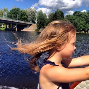 Maja Holmgren är ute och åker båt på Aspen!