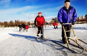 """Kerstin och Rune Ebenhard tar en sparktur. """"Vi fick broddar i julklapp för att använda och sparka ifrån med, men de glömde vi i dag"""", säger Rune."""