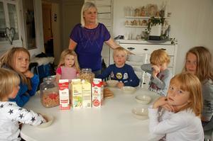 Eva  Lund, hjärtat i Oxberg. Nåra av dagbarnen och fritidshemsbarnen, Anton, Daniel, Selma, Jack, Gustav, Eddie och Agnes.