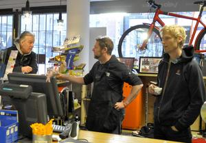 Anders Carlsson, till höger, ägare till cykelbutiken Velo rapide i Östersund har märkt av ett ökat intresse för vintercykling och han tycker trenden är bra.