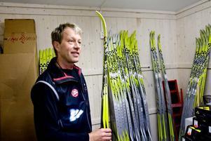 VALLNING. Seppo Linde som jobbar i Team Sportias nya butik, alldeles intill spåret, kommer att bistå skidåkarna med teknik- och vallningstips. Han säger att den som är i god kondition men som inte har rätt teknik kan tjäna cirka en halvtimme på Vasaloppet genom att få bättre teknik.