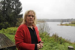 Lotta Gröning, boende, är förbannad både på kommunen och regeringen, som tillåter bygge av vindkraftverk respektive begränsar närboendes möjlighet att klaga. Nu funderar hon på att lämna Norberg och Olsbenning. Bild: Anders Jansson/arkiv