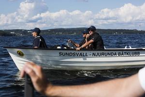 Hannes Ehn, Johan Larsson och Bosse Hedlund hjälpte till med bansättningen under tävlingen.