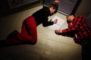 Marcus Larsson och Mårten Nilsson skissar på sitt förslag till lösningen av Storsjö strand.
