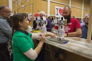 Det bästa med ölfestivaler som Smöf är när man upptäcker nya bryggeriers öl, tycker Gråkärretbon Andreas Eriksson (i rött).