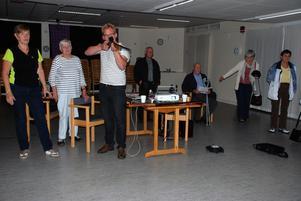 Jaktvårdskonsulent Erik Mattsson, Jägareförbundet visade medlemmarna från Reumatikerföreningarna i länet hur geväret fungerade.