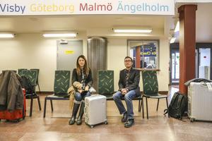 Jack Hsu och Celine Pai är på väg hem till Kalifornien efter ett besök i Jämtland. Restaurangen Fävikenmagasinet var huvudmålet på resan. De  är tveksamma till att en flygskatt skulle ha en positiv effekt på miljön.