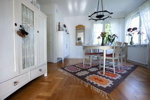 Fönster i hörnen är en typisk 40-talsdetalj som Monica uppskattar med sitt hem. Skåpen kommer från hennes föräldrar och bordet är ett auktionsfynd.