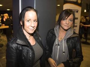 """SJÄLVKLART. Systrarna Marlene och Corrine Persson jobbar båda extra på Solberga- hemmet i Bergby. För dem var det självklart att gå när arbetsgivaren bjöd in. """"Vi kom hit för Brolle"""", säger Marlene Persson."""