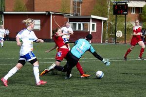 Sophie Brundin kastar sig fram och sätter dit 4–1.