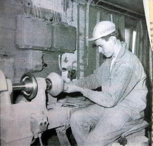 Leif Boman, på bilden 16 år, putsar en träskål hos Sandqvists i Vemdalen.