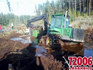 Skogsmaskinen höll på att markbereda hygget när den sjönk ner och började läcka olja i Gerdals skyddsområde nära vattentäkten.