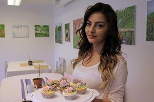 Rori Maruukaj jobbade som konditor i Montenegro. Då gjorde hon mest tårtor, men nu bakar hon alla möjliga sorters bakverk.