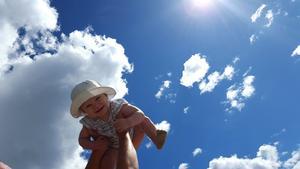 En dag på stranden stod på schemat och till Krokviken strand vi drog. Sanden var varm och vattnet kluckade och emot oss solen log. Mitt leende barn som i vattenbrynet leker gör mitt hjärta så varmt. Hon upp mot himlen en flygtur tog och visade upp  sin charm.