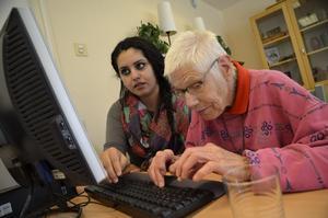 Dashne Akram hjälper Sonja Frendel att skriva.