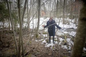 Mellan sly och kvardröjande snö visar arkeolog Ola Nilsson spåren av industriell verksamhet vid Sofieholms kraftverk.
