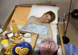 För att komma ut ur, och in i, höghuset där Leena Backlund hade sitt rum var hon tvungen att passa hemtjänstpersonalens tider.