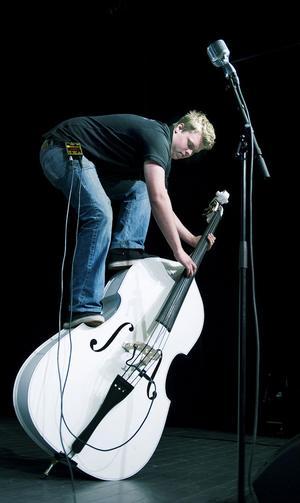 Björn Holmgren spelar ståbas i The Raw Rhythm Boys.