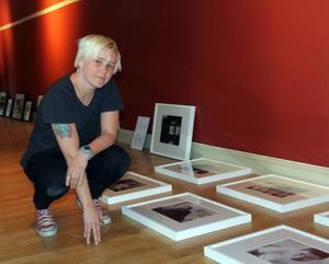 Emma Jonsson bland sina porträtt av vännerna hon träffat på Gärdeåsen i Ljusdal.