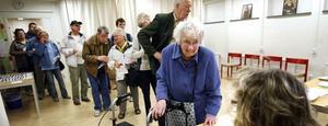 Doris Öijemark var först ut att rösta när vallokalen på stadsbiblioteket öppnade i dag.