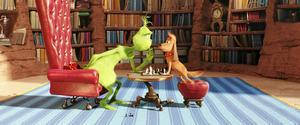 Samspelet mellan Grinchen och hans trogna följeslagare Max är en av filmens behållningar.