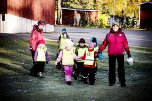 Äntligen tisdag och dags för Mia Berg, till vänster, och Mona Lindkvist att gå till Skolskogen