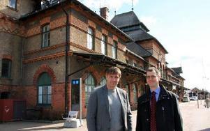 Huset ägs nu av Avesta kommun, kommunalrådet Lars Isacsson och Mattias Victorin, affärsansvarig på Jernhusen, var lika nöjda. Foto: Eva Högkvist