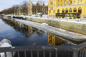Och ett vattendrag som delar stan mitt itu, det är ju inte klokt! Vatten är bara blött och kallt, och livsfarligt därtill! skrive Rabu Listén.