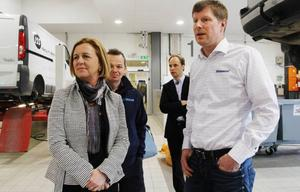 Bilbolagets verkstadschef Peder Englund visar Maria Arnholm lokalerna.