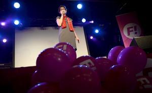Ballongerna är det inget fel på. Feministiskt initiativs Gudrun Schyman på scen.