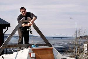 Per-Ove Dahl, Torvalla, förbereder sin båt Linnea för sommaren. Det är sista säsongen som segelbåtarna huserar på Storsjöstråket under vintern. I fortsättningen ska båtarna ställas upp vid Göviken.