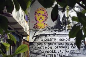 Madonna möter en utanför kaféet Six dogs.    Foto: Mikael Nilsson