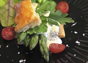Smördegslådor fyllda med mild örtmousselin och lättkokt grön sparris. Bättre inledning på vårmiddagen än så kan man knappast tänka sig.   Foto: Dan Strandqvist