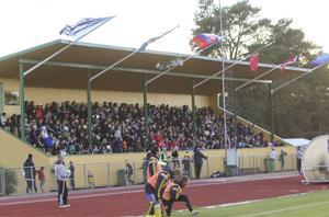 Nära 700 åskådare trotsade den kyliga blåsten och tog plats på Älvvallens läktare.