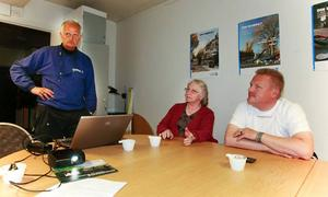 Sparcoachen Hans Östman har radikala förslag för mindre utsläpp. Pumpa däcken mer än det står i instruktionerna, säger han under teorilektionen i eco-driving. Till höger Monika och Nisse.