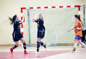 Huge har vunnit damturneringen i Bilma Cup flera år i rad. Här är en jubelbild från finalen 2013 mot Strömsbro.